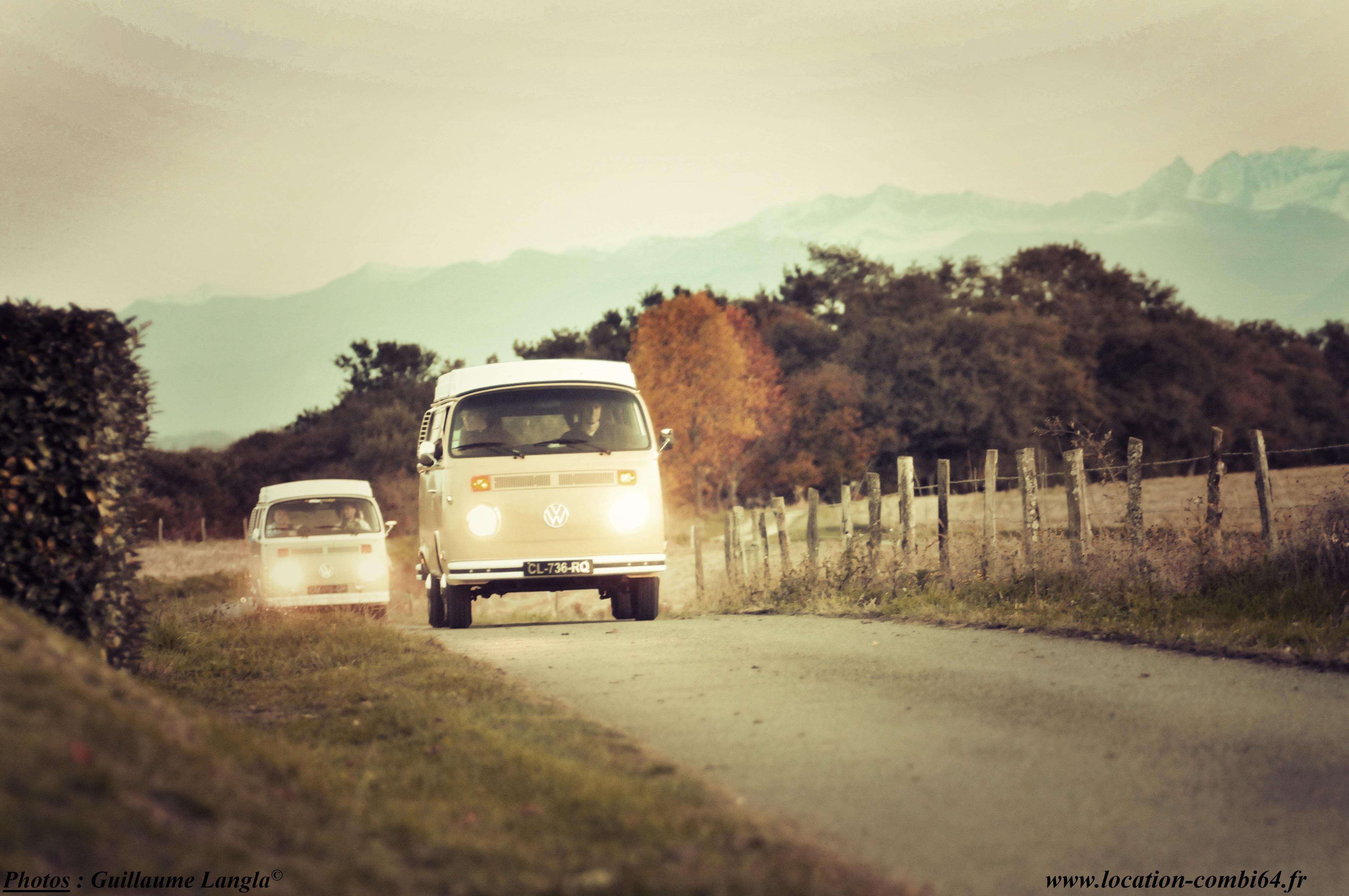 2 vans vw au coucher du soleil avec les Pyrénées en arrière plan