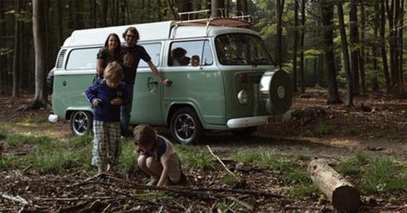 Photo des années 70 d'un combi VW en vacances